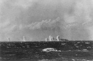 El Bismarck recibiendo los primeros proyectiles (9:02).