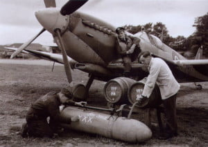 Soldados llenando tanques de cerveza