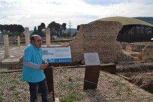 El arqueólogo David Galvez dando la explicación en Complutum.