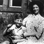 Julia Lennon con su hijo John.