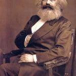 Karl Marx con mano al pecho