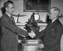 Luis Alvarez recibe el Premio Collier de manos del Presdente Truman. (1946)