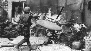 Un soldado quema una choza en My Lai