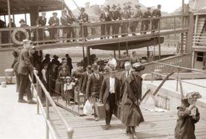 Inmigrantes desembarcan en Nueva York