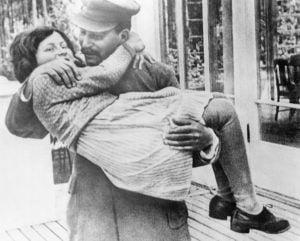 Stalin cargando a Svetlana, Ca. 1937.