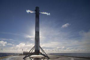 Un cohete Falcon 9 aterriza para ser reutilizado.