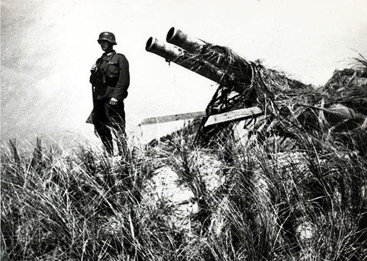 Soldado alemán protege batería en la violenta batalla de Texel.