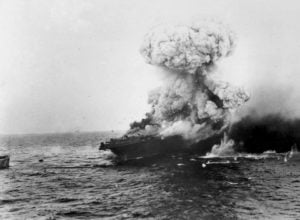 El Lexingtom es golpeado en el Mar del Coral.