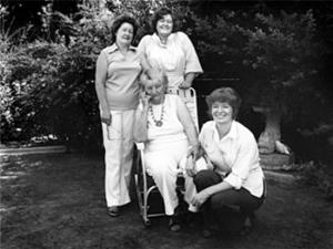La Madre Migrante con algunas de sus hijas, 1979