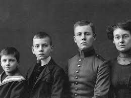 Rommel, segundo por la derecha, con sus hermanos.