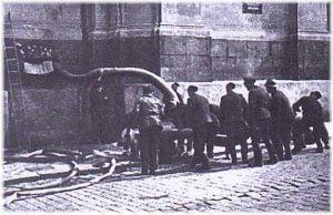 Los bomberos intentan inundar la cripta de San Cirilo.