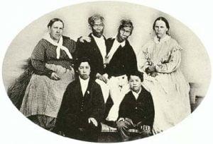 Chang y Eng con sus esposas y dos de sus hijos