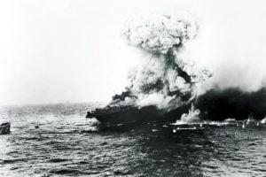 Al USS Lexington en llamas en el Mar del Coral